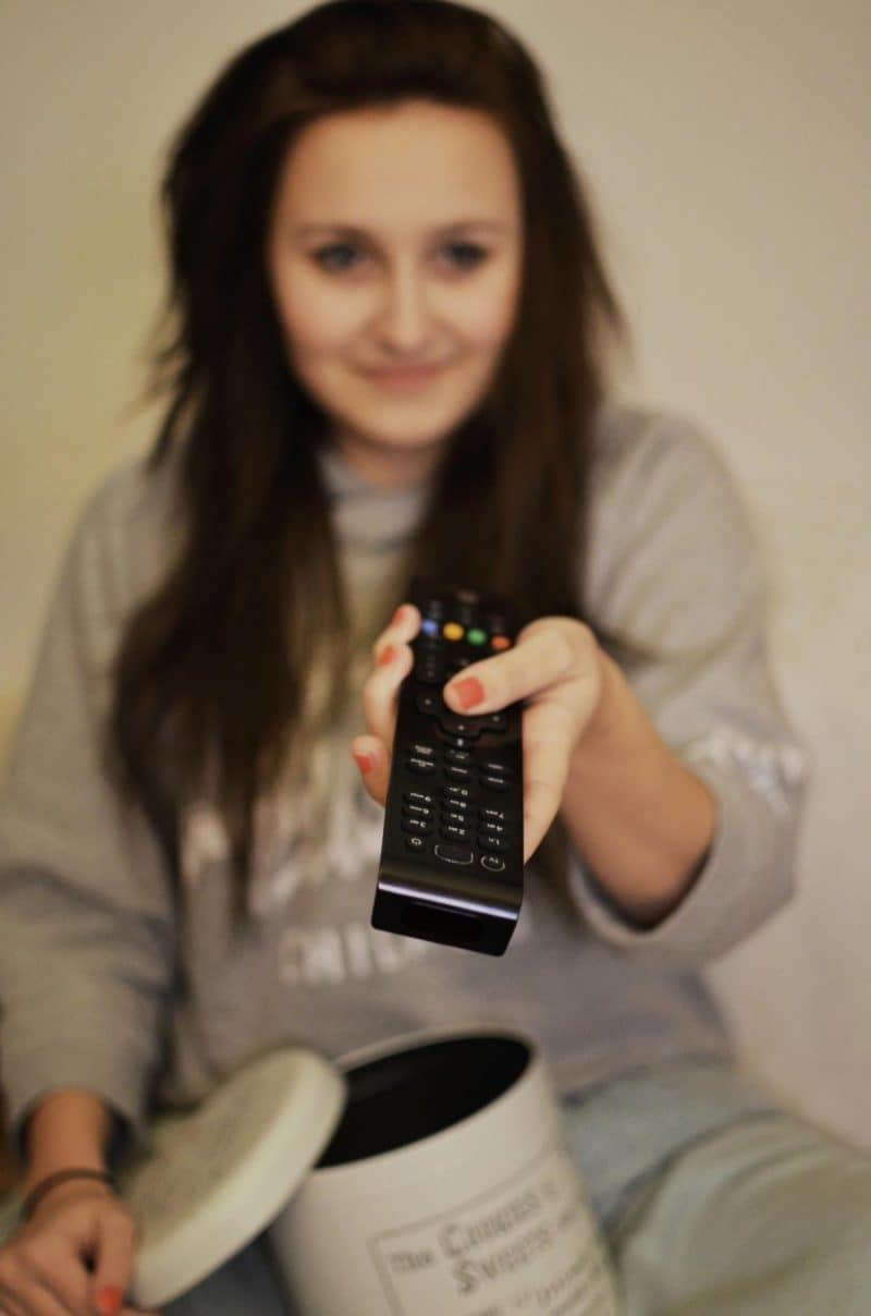 ladie-eating-in-front-of-tv-002